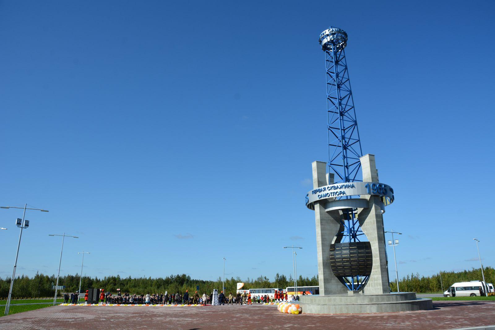 Наталья Комарова приняла участие воткрытии монумента покорителям Самотлора