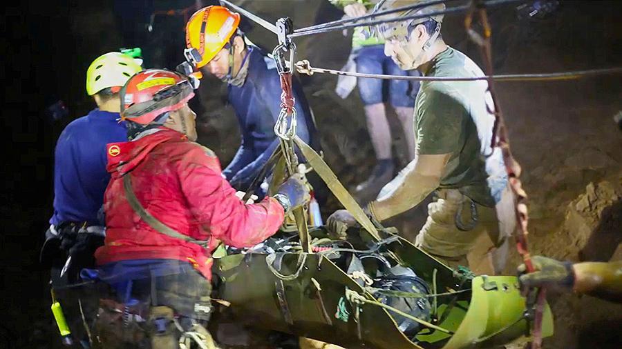 Cотрудники экстренных служб вызволили молодых футболистов иихтренера иззатопленной пещеры вТаиланде