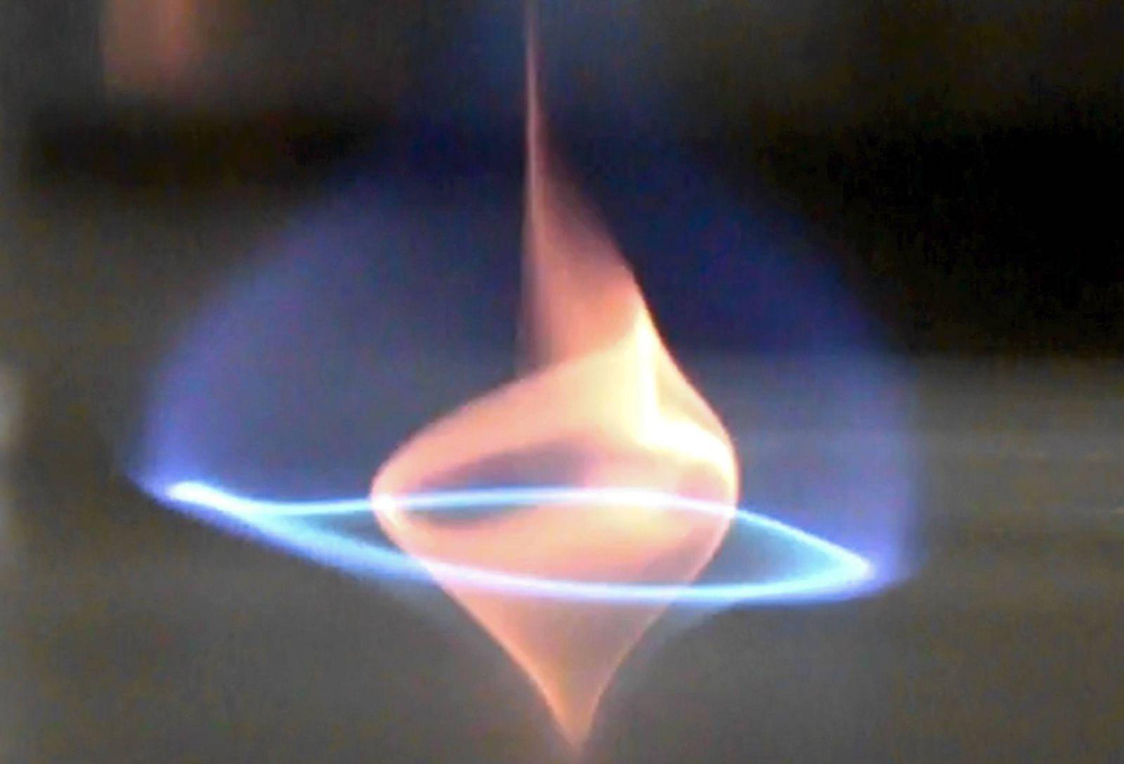 Ученые приручили голубой пламенный смерч