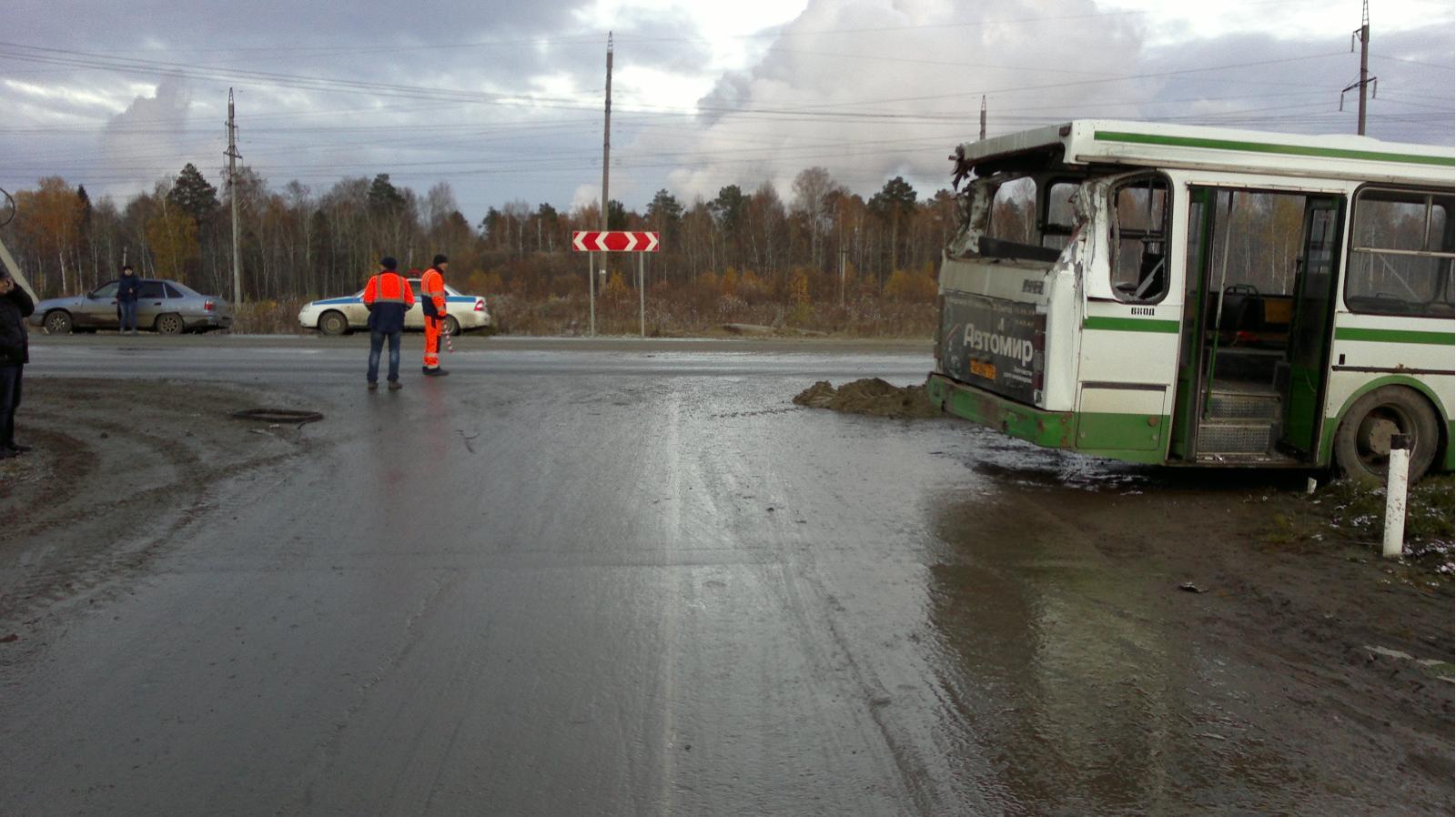 Детали ДТП наповороте вЕршовку: трагедию с фургоном спровоцировал шофёр автобуса