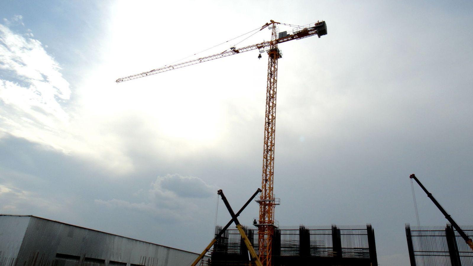 ВХМАО умер машинист башенного крана при его падении